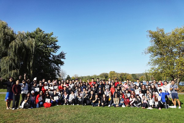 Large group photo of Tsinghua students